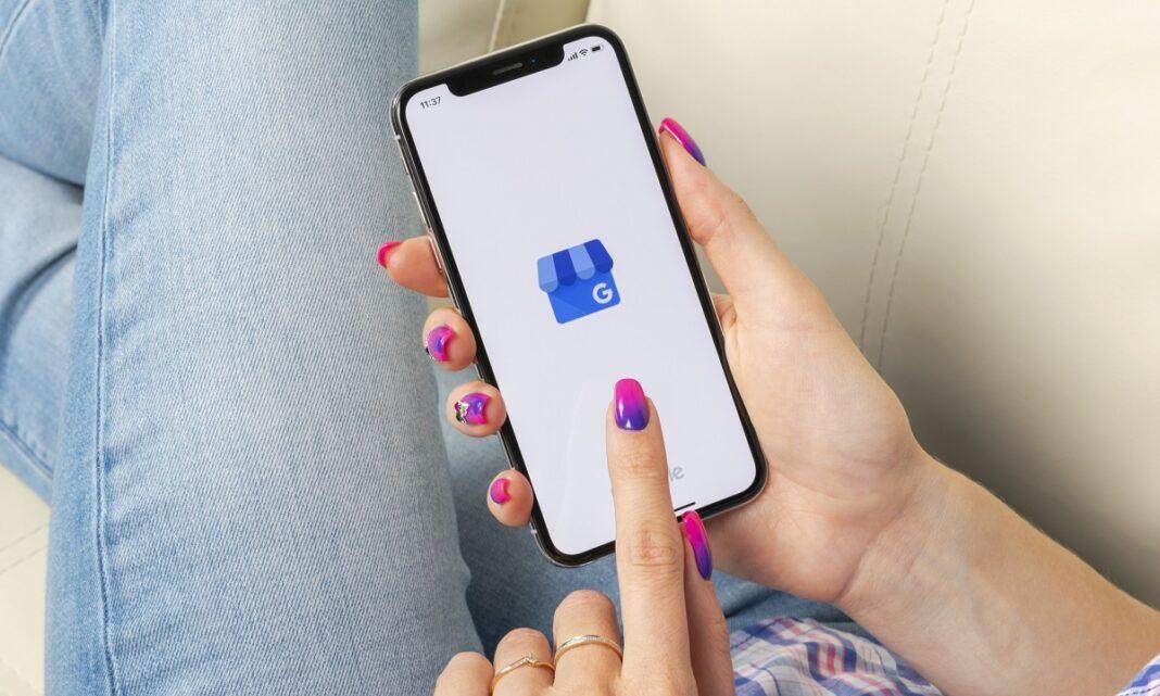 ícone do aplicativo Google Meu Negócio na tela do celular na mão de uma mulher