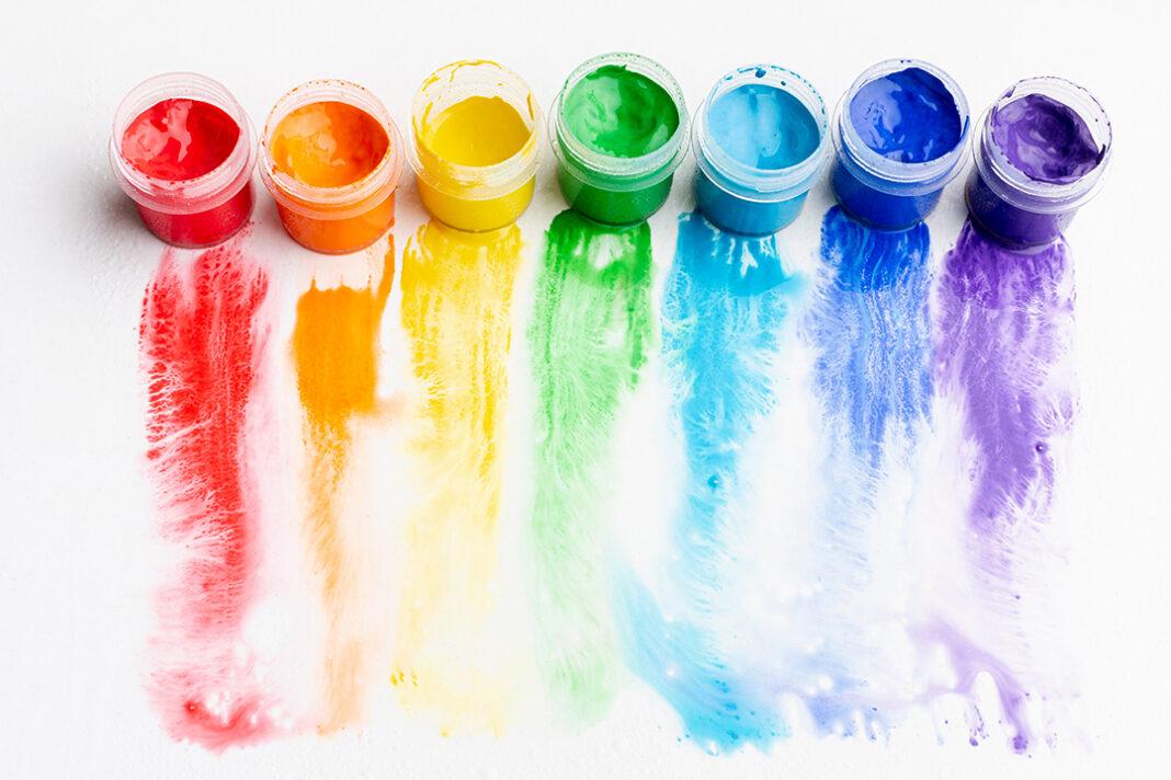diversas cores de tintas em potea e pintadas no papel