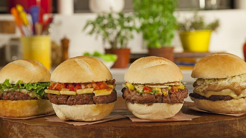hambúrguer sobre a mesa