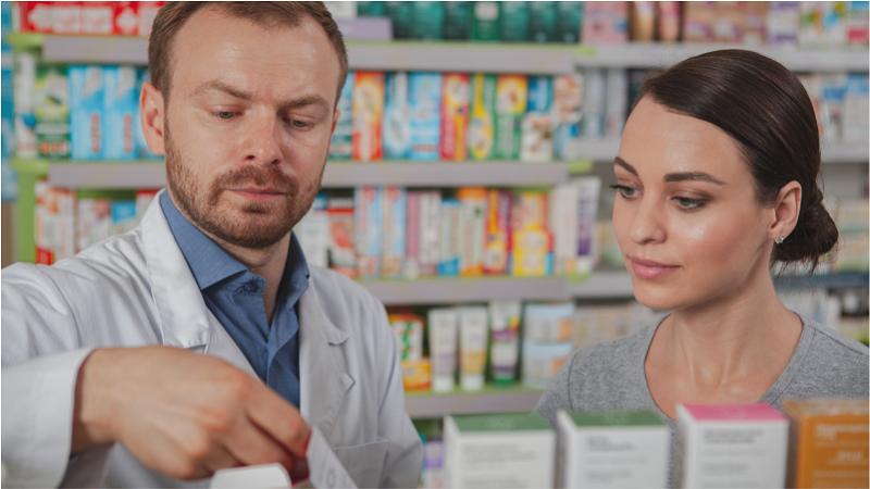 mulher jovem fazendo compras na farmácia