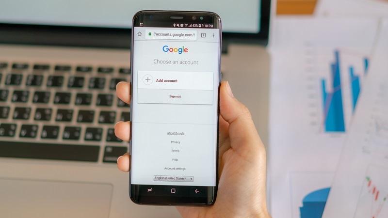 mão segurando celular display aparecendo o Google