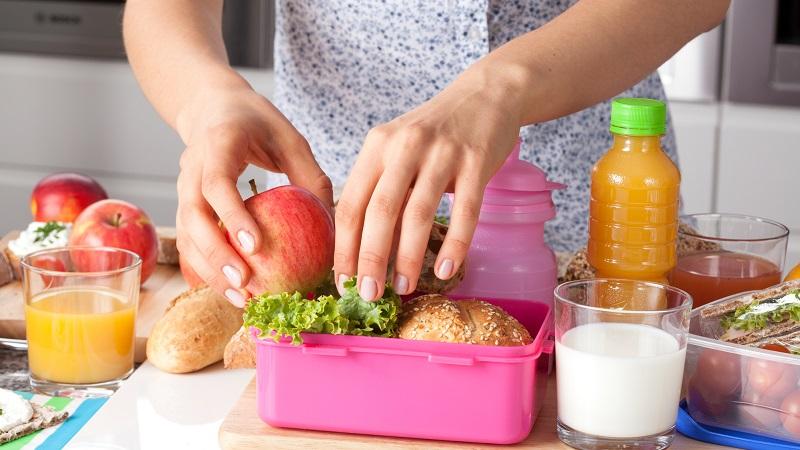Bebidas para crianças e lancheira com frutas e comidas