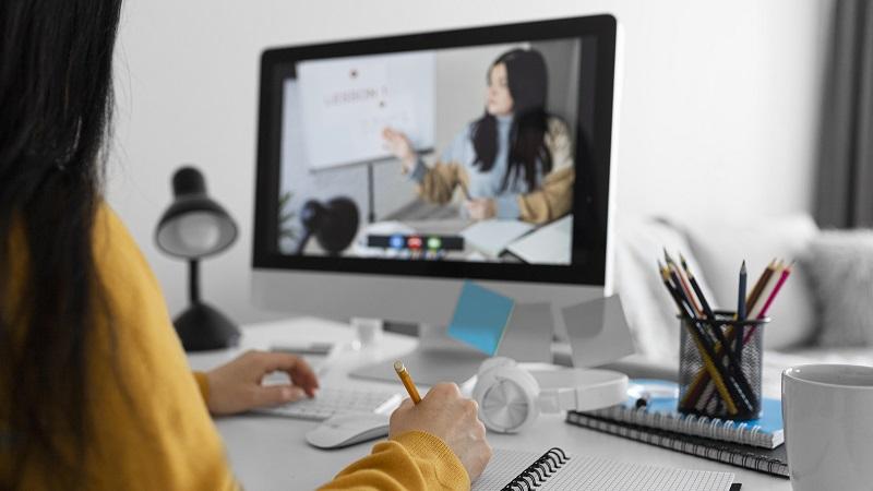 mulher fazendo curso pela internet