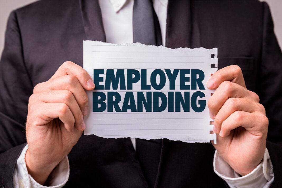 homem segurança papel nas mãos escrito employer branding