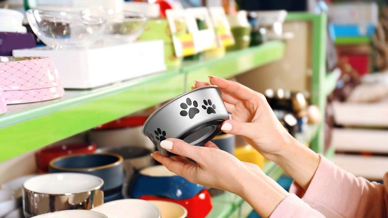 mulher escolhendo vasilhas de animais