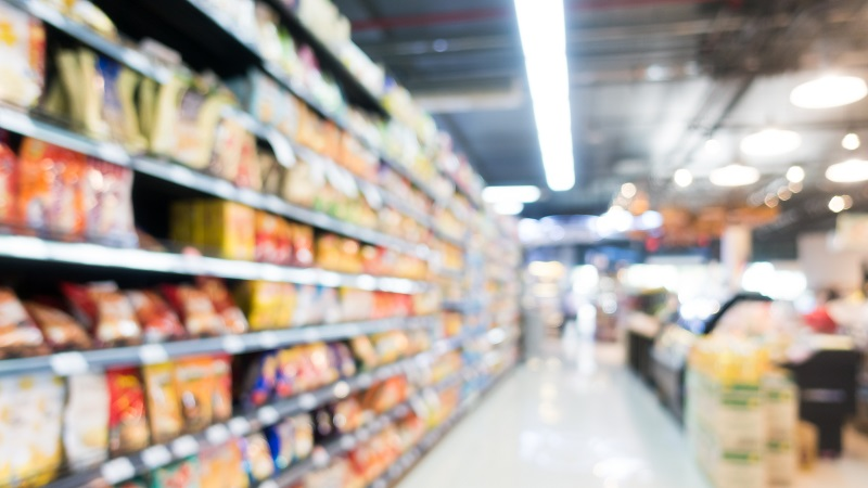 produtos organizados em gôndola de supermercado