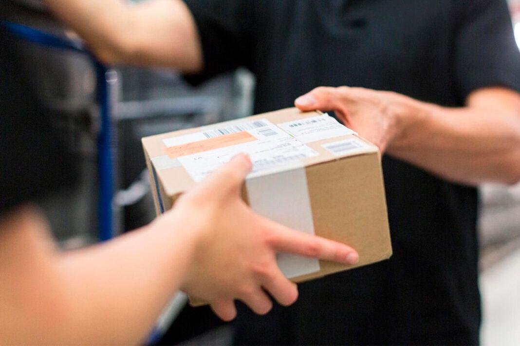 caixa de papelão sendo entregue a cliente