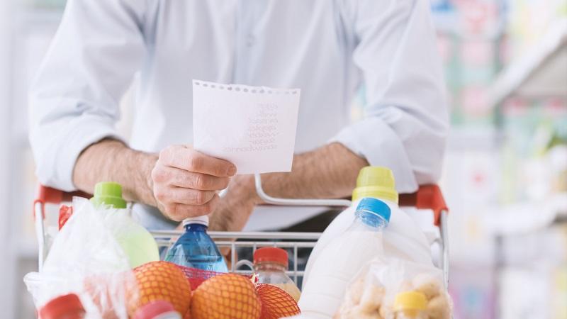 Homem com lista de compras em supermercado