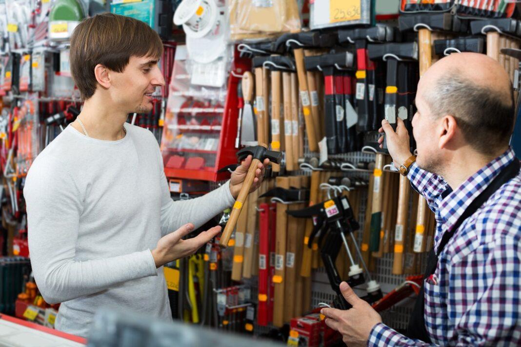 Vendedor mostrando ferramentas para cliente