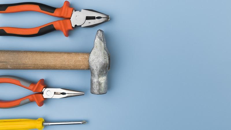 ferramentas de construção em cima de fundo azul