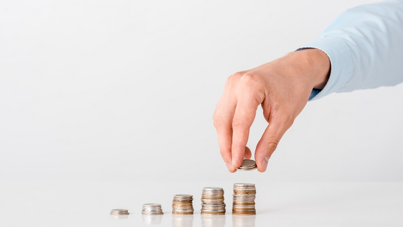 homem separando moedas