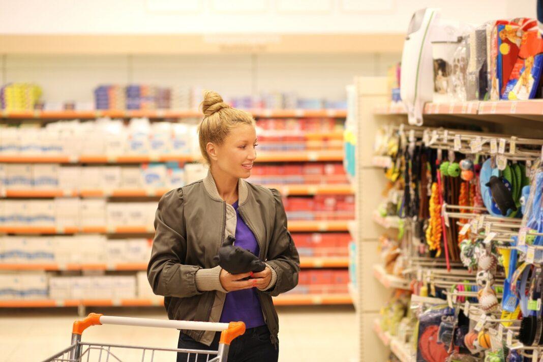 mulher escolhendo produtos pet em supermercado