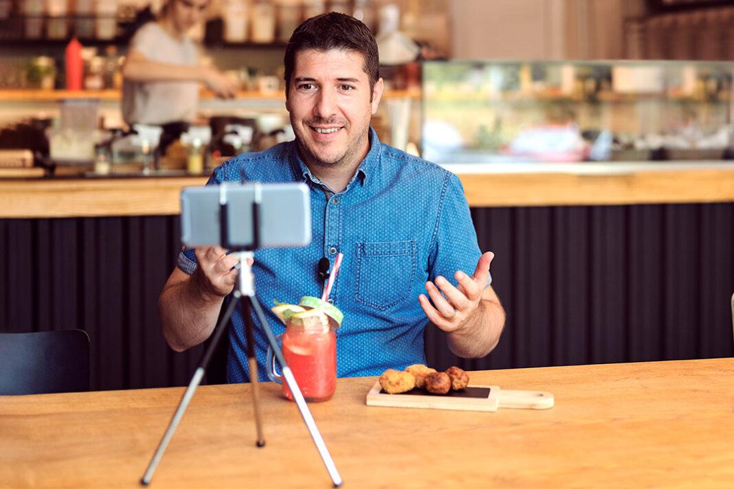 Homem gravando vídeo pelo celular