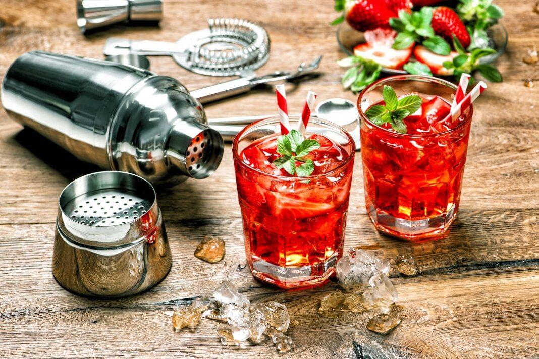 copos de bebida vermelha com gelo