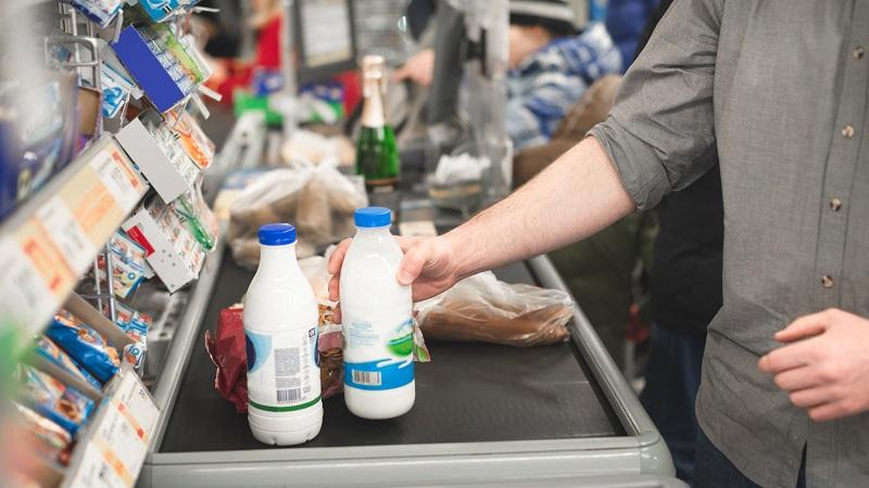 Homem no checkout de supermercado