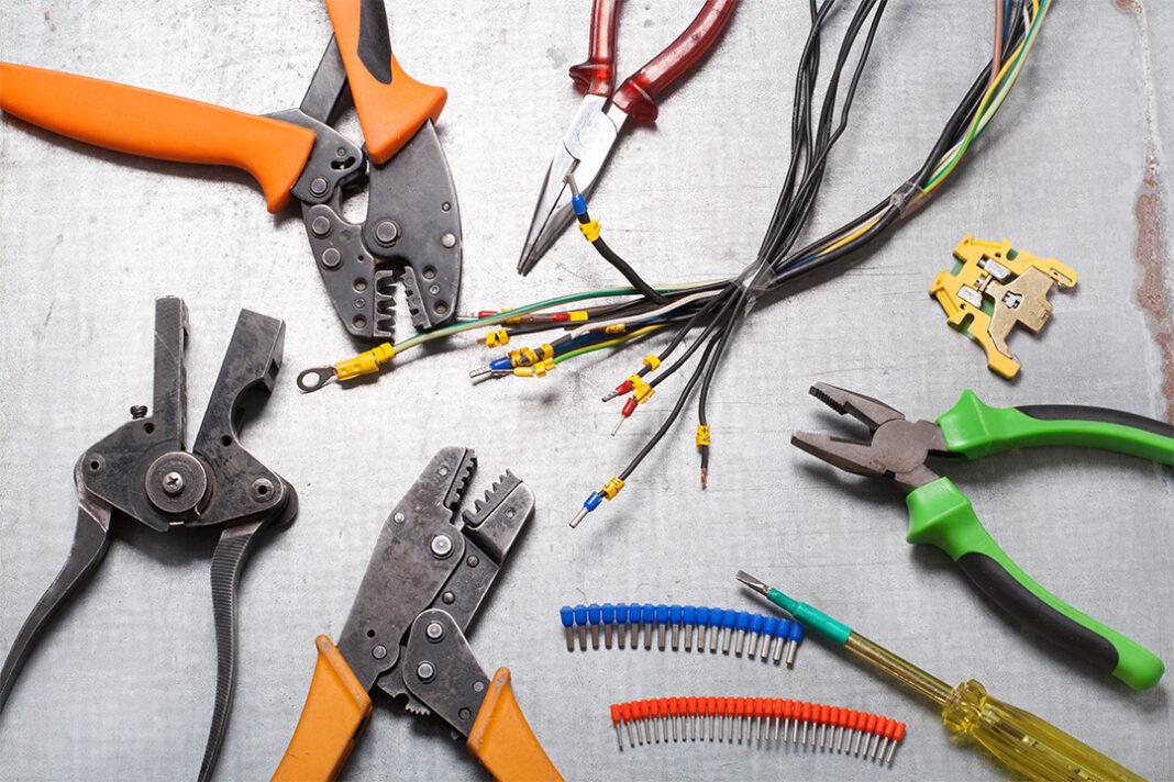 ferramentas de construção e itens eletrônicos em cima de mesa
