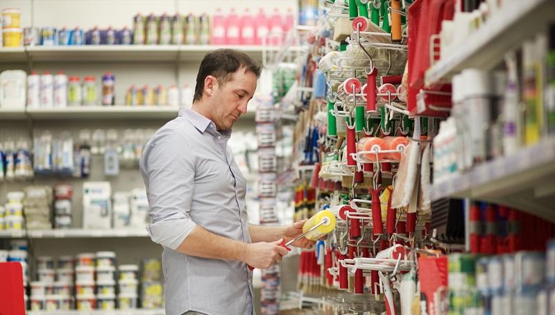 homem escolhendo produtos de construção em loja