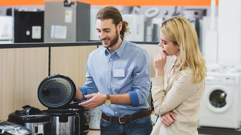 casal escolhendo produtos de eletro em loja