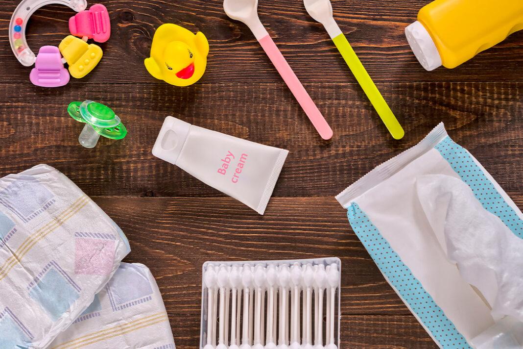 produtos para bebês fralda cotonete colher chupeta em mesa